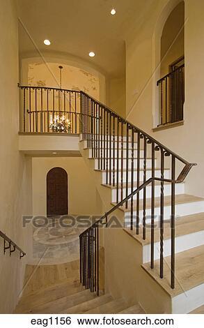 banque d 39 images escalier fait de bois dur et fer forg balustrade plancher pierre. Black Bedroom Furniture Sets. Home Design Ideas
