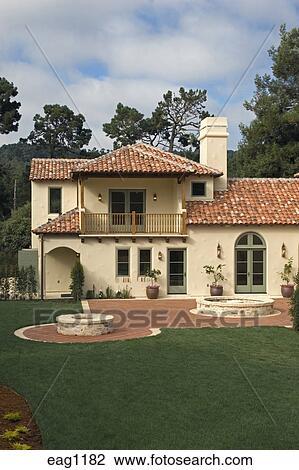 banque de photo ext rieur de a style espagnol maison luxe stuc murs et rouges toit. Black Bedroom Furniture Sets. Home Design Ideas