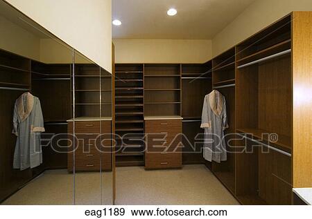 banque de photographies grand entrez vestiaire construire dans bois placards dans a. Black Bedroom Furniture Sets. Home Design Ideas