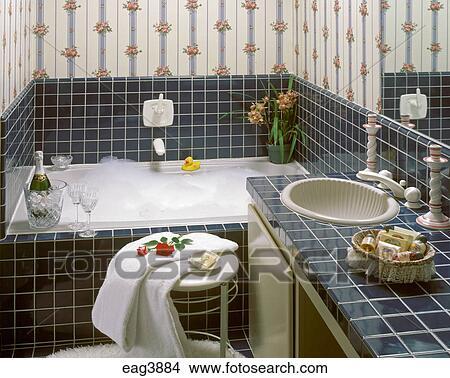 stock foto badezimmer badewanne mit seifenlauge blau fliese und gestreift wand. Black Bedroom Furniture Sets. Home Design Ideas