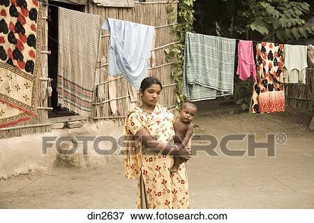 Immagine donna bambino dall 39 aspetto triste standing - Asciugare panni in casa ...