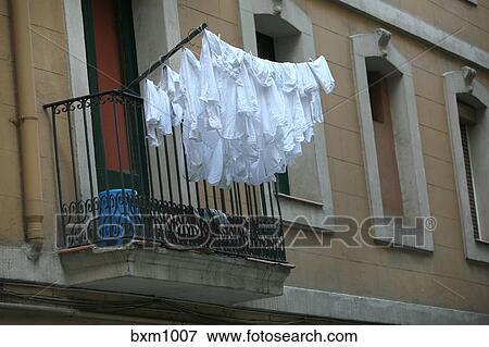 bild w sche trocknen auf balkon barcelonata bezirk barcelona spanien bxm1007 suche. Black Bedroom Furniture Sets. Home Design Ideas