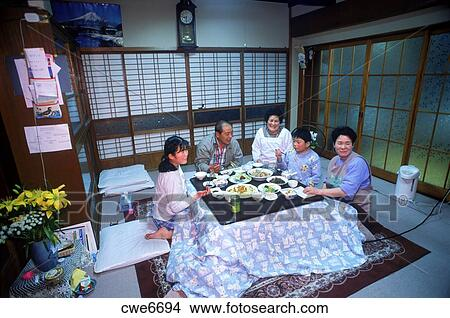 stock foto - japanische, familie, von, fünf, sitzen boden, an, Esstisch ideennn
