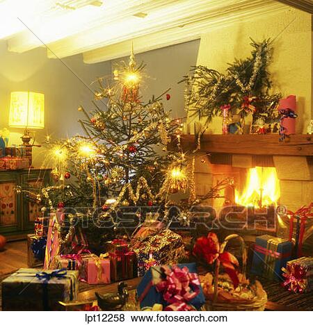 bilder weihnachtsgeschenke unter dass baum mit. Black Bedroom Furniture Sets. Home Design Ideas