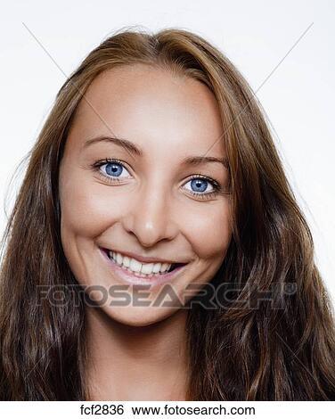stock bilder portr t von a jung sch ne frau mit braunes haar blau augenpaar l cheln. Black Bedroom Furniture Sets. Home Design Ideas