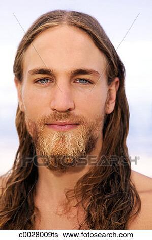 Archivio di immagini primo piano ritratto di uno uomo con bagnato capelli lunghi e - Capelli effetto bagnato uomo ...