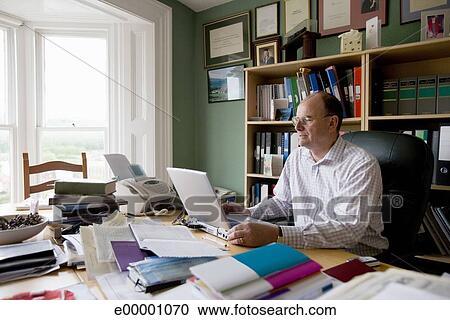 Banco de fotograf as hombre maduro trabajando en for Ministerio del interior en ingles