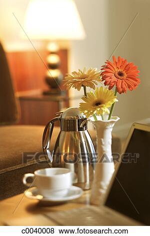 images caf cruche et tasse sur table arrangement fleur c0040008 recherchez des. Black Bedroom Furniture Sets. Home Design Ideas
