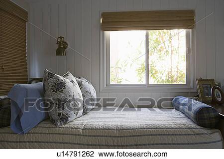 Archivio fotografico letto gemello sotto finestra - Letto sotto finestra ...