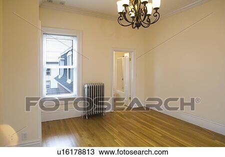 stock foto leeres zimmer in wohnung mit hartholzboden und heizung u16178813 suche. Black Bedroom Furniture Sets. Home Design Ideas