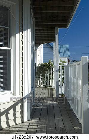 immagine ringhiera ombre su legno portico anteriore
