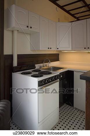 Stock fotografie klein flat keuken met zwart wit tiled vloer u23809029 zoek stock - Klein keuken model ...