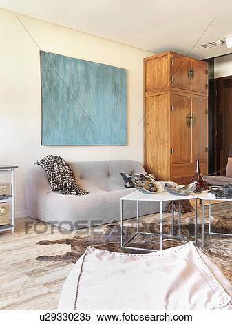 Stock afbeelding modern leven kamer met parket en een dier huid tapijt u29330235 zoek - Kamer parket ...