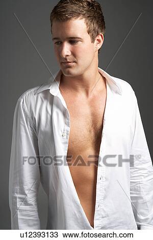 banque de photo studio portrait de jeune homme porter chemise ouverte u12393133. Black Bedroom Furniture Sets. Home Design Ideas