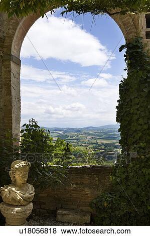Immagini vista sopra umbrian paesaggio come visto for Arco decorativo giardino