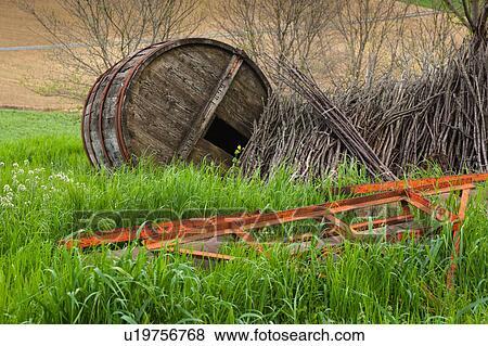 images closeup de vieux rouges m tal agriculture instruments et ancien baril bois. Black Bedroom Furniture Sets. Home Design Ideas