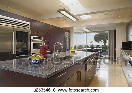 bilder gro modernes kueche mit dunkel holz m belbau u25354618 suche stockfotos. Black Bedroom Furniture Sets. Home Design Ideas