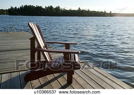 bild muskoka stuhl auf dass dock zugewandt dass see an see von dass w lder. Black Bedroom Furniture Sets. Home Design Ideas