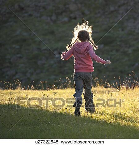 Archivio immagini ragazza correndo attraverso uno - Soleggiato in inglese ...