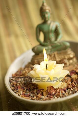 stock fotografie lotos kerze auf trockenblume schale mit buddha statue u25601700. Black Bedroom Furniture Sets. Home Design Ideas