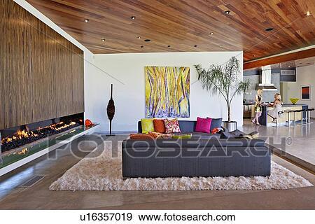innere von a wohnzimmer mit kaminofen und leute hintergrund gro es bild anschauen. Black Bedroom Furniture Sets. Home Design Ideas