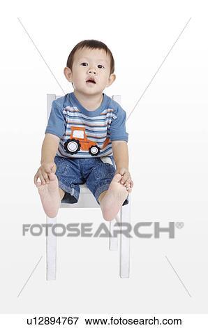 Foto ni o peque o se sentar sobre el sill n de la - Foto nino pequeno ...