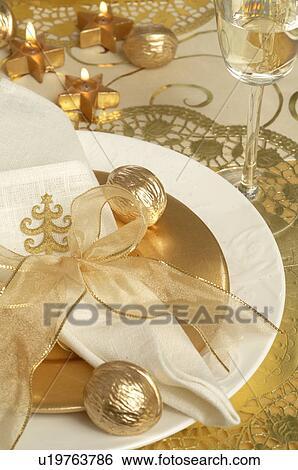 banque d 39 images no l table couvert serviette attach a dor ruban et dor noix. Black Bedroom Furniture Sets. Home Design Ideas
