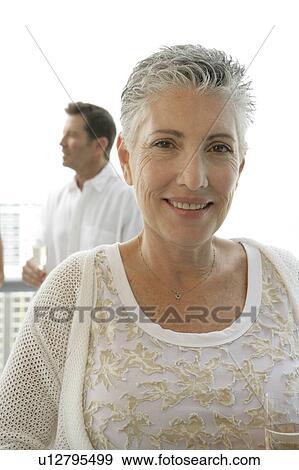 stock fotograf reife frau mit a kurzes haar