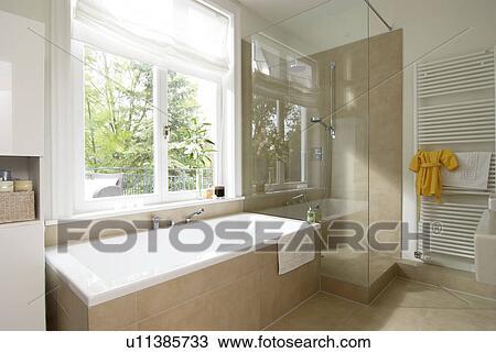 Archivio fotografico   moderno, bagno, con, doccia, e, vasca bagno ...