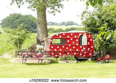 banque de photo caravane dans jardin u16290022 recherchez des images des photographies et. Black Bedroom Furniture Sets. Home Design Ideas