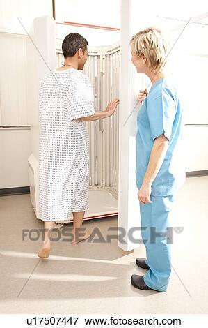 Beeld phototherapy dermatoloog hulpzaam een pati nt in een phototherapy booth - Muurschildering volwassen kamer ...