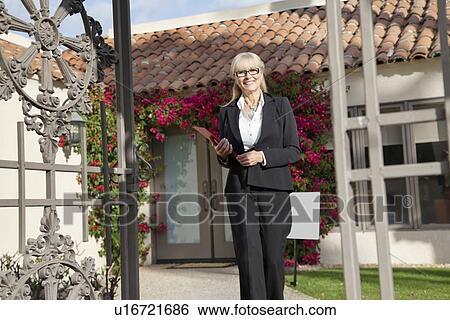 Banque d 39 images portrait de a personne agee agent immobilier march - Vente maison personne agee ...