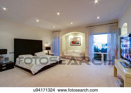 banque de photo luxe chambre coucher dans riche maison u94171324 recherchez des images. Black Bedroom Furniture Sets. Home Design Ideas
