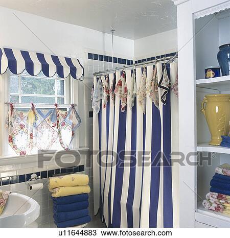 stock foto blau wei gestreift duschen vorhang mit altmodisch taschent cher als akzente. Black Bedroom Furniture Sets. Home Design Ideas