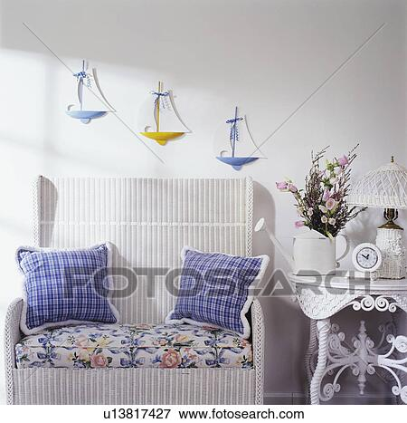 image porch d tail blanc osier canap victorien table osier trois voiliers sur mur. Black Bedroom Furniture Sets. Home Design Ideas