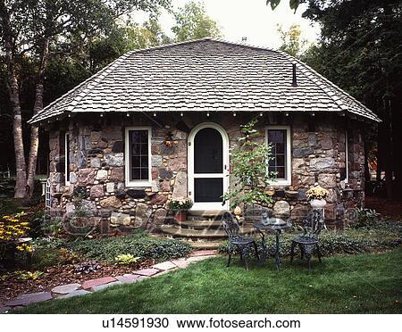 Archivio fotografico esterno vista frontale di uno for Piani e foto di cottage in pietra