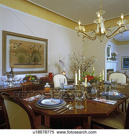 banque d 39 image d ner rooms cr me walls laiton bougeoirs asiatique accents peint. Black Bedroom Furniture Sets. Home Design Ideas
