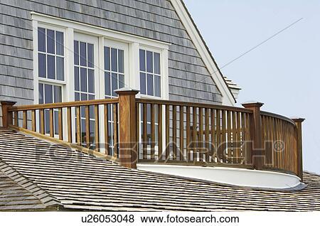 images bois balustrade balcon et couvert bardeaux toit u26053048 recherchez des photos. Black Bedroom Furniture Sets. Home Design Ideas