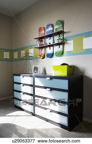 image skateboard tag re au dessus commode dans gar ons room tustin california usa. Black Bedroom Furniture Sets. Home Design Ideas
