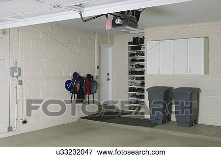 image garage storage propre stockage tag res et cabinets deux poubelles sous ferm. Black Bedroom Furniture Sets. Home Design Ideas