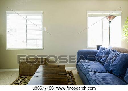 Stock foto gro blaues sofa in wohnzimmer san diego kalifornien vereinigten staaten - Blaues wohnzimmer ...