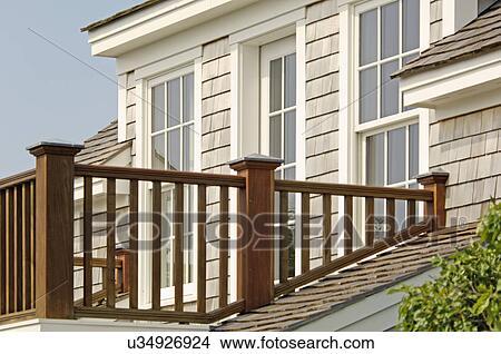 banque de photo balustrade balcon de famille seule maison u34926924 recherchez des images. Black Bedroom Furniture Sets. Home Design Ideas
