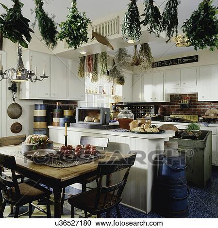 stock fotografie landhausk che mit essen bereich in forefront viele antiquit ten frucht. Black Bedroom Furniture Sets. Home Design Ideas