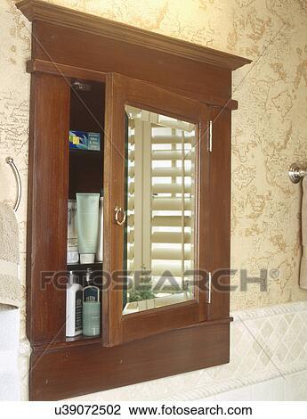 banque de photo d tail de bois encastr armoire pharmacie sur wallpapered mur dans. Black Bedroom Furniture Sets. Home Design Ideas