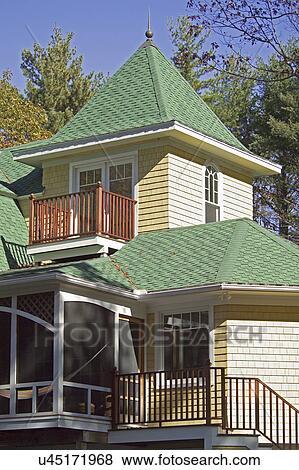 images ext rieur de famille seule maison couvert bardeaux toit et escalier u45171968. Black Bedroom Furniture Sets. Home Design Ideas