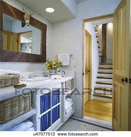 stock foto badezimmer ansicht von rustikal holz treppenhaus durch ge ffnete t r auf. Black Bedroom Furniture Sets. Home Design Ideas