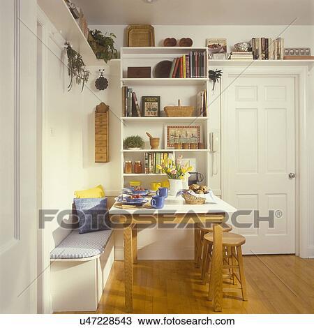 Stock foto keuken etend gebied heeft plank eenheid gehecht om te muur met galerij - Keuken open voor woonkamer klein gebied ...