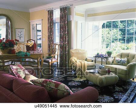 stock bild familie sitzen bereiche erkerfenster gelbe w nde wei trimmen schwarz. Black Bedroom Furniture Sets. Home Design Ideas