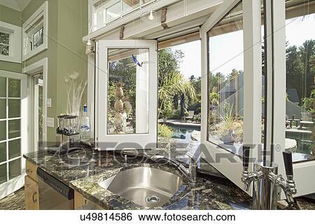 Archivio di Immagini - lavandino, su, granito, contatore, vicino, finestra aperta, in, cucina ...