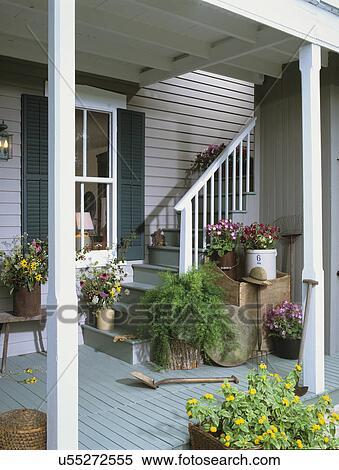 banque d 39 image porch escalier depuis a couvert porche secteur vert volets bardeau. Black Bedroom Furniture Sets. Home Design Ideas